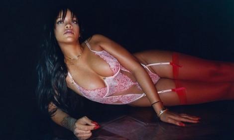 ab03323f7f0c Η Rihanna διαφημίζει τη νέα της σειρά με εσώρουχα και κολάζει! (photos)